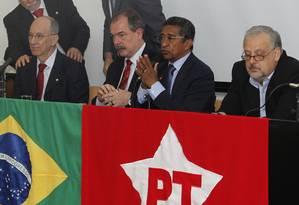 Falcão, Mercadante, Vicentinho e Berzoini na reunião da bancada do PT. Queixas sobre Dilma foram feitas depois que ministros Foto: Givaldo Barbosa / O Globo