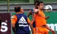 Fred domina a bola em treino do Fluminense
