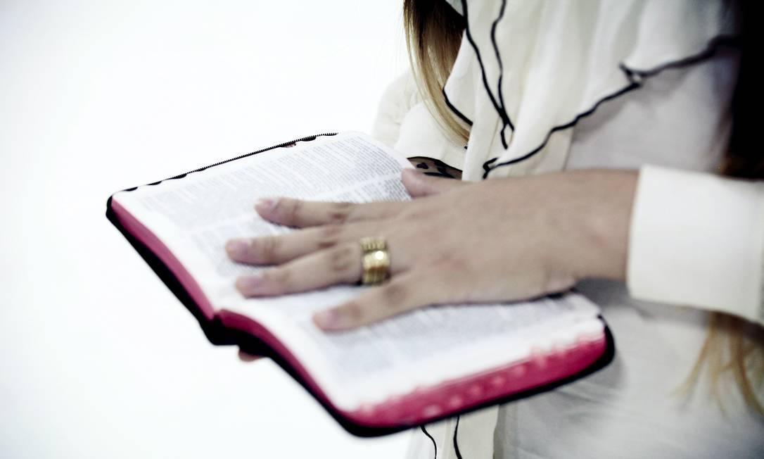 JE Rio de Janeiro (RJ) 04/05/2012 - Coluna Conta Tudo do Expresso - Perlla vira cantora gospel Perlal segura a Bíblia Crédito: Divulgação Foto: Agência O Globo