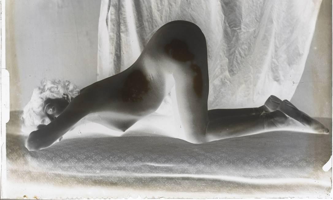 """""""Femme nue agenouillé de profil, le corps penché en avant, la tête touchant le lit"""", de François-Rupert Carabin, integra exposição sobre o marquês no Museu d'Orsay Foto: Alexis Brandt / Divulgação"""
