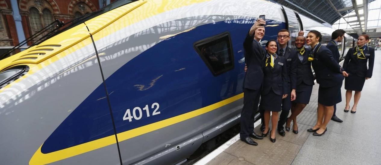 Tripulação faz um 'selfie' na frente de um trem novo da Eurostar, na estação St Pancras em Londres Foto: ANDREW WINNING / REUTERS