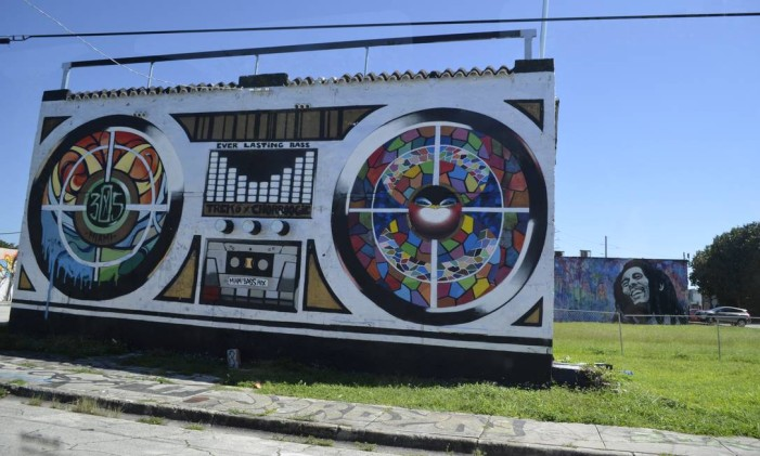 Às margens da auto-estrada I-95, dois dos mais populares murais nas ruas de Wynwood: Bob Marley (ao fundo), de Hec One Love, e Boombox, de Trek6 Foto: Cristina Massari / Agência O GLOBO