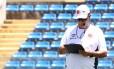 Joel Santana e suas já famosas anotações durante o treino do Vasco em Fortaleza