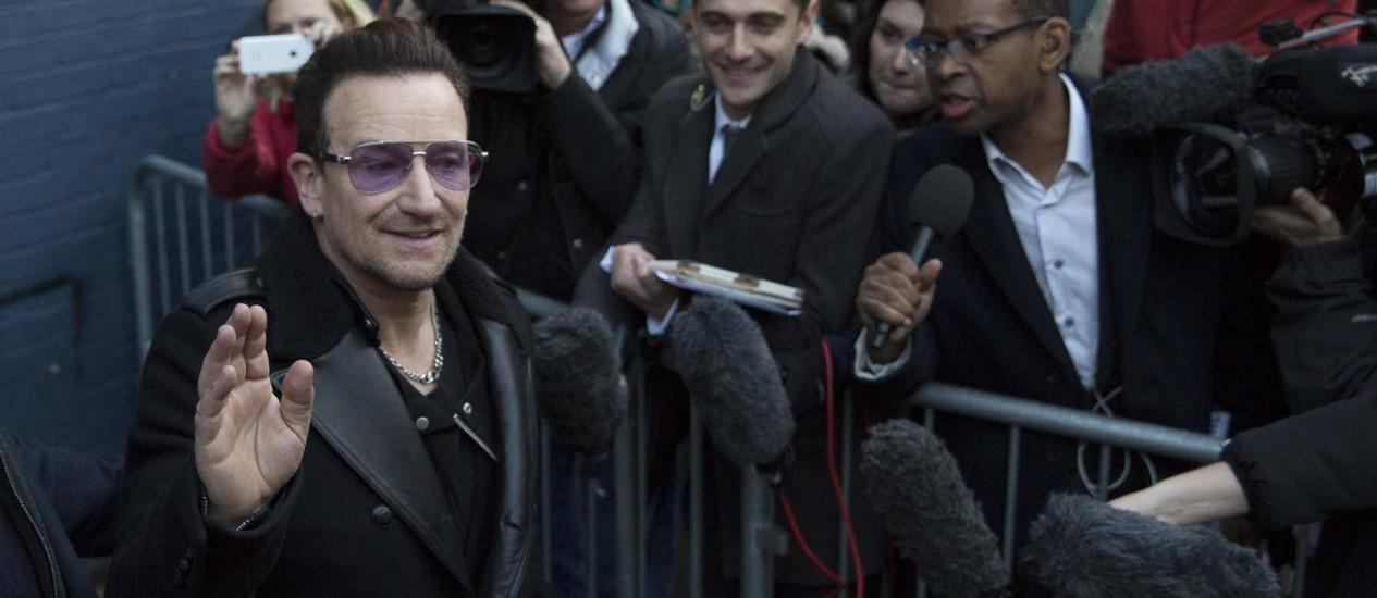 Bono deixa o estúdio de gravação onde se uniu a vários artistas para gravação Foto: NEIL HALL / Reuters