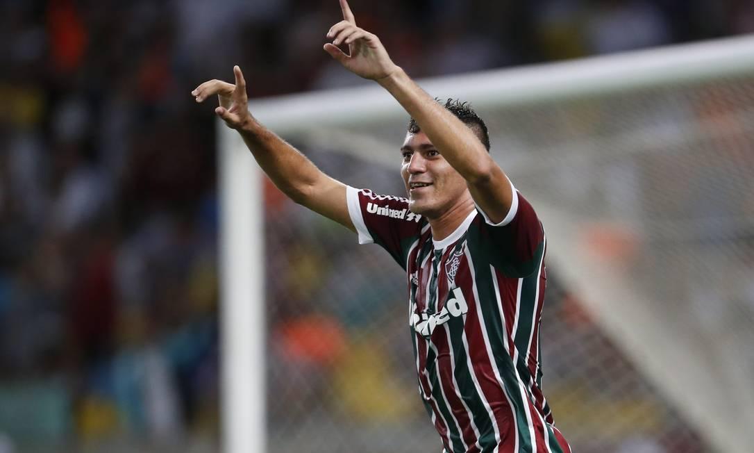 Edson comemora o gol que deu a vitória para o Fluminense na partida contra o Botafogo, disputada no Maracanã Foto: Guito Moreto / Agência O Globo