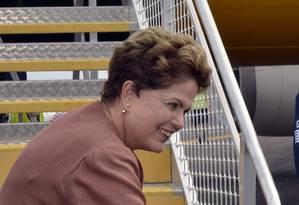 A presidente Dilma Rousseff cumprimenta um funcionário antes de embarcar de volta para o Brasil após reunião do G20, na Austrália Foto: REUTERS / REUTERS
