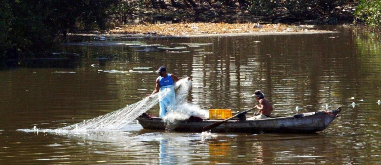 Pescadores não respeitam a época de desova dos peixes no Rio: pesca ilegal entra na lista da Interpol Foto: Eurico Dantas / Agência O Globo