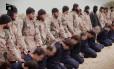 Imagem tirada de vídeo mostra membros do Estado Islâmico antes de decapitarem soldados sírios