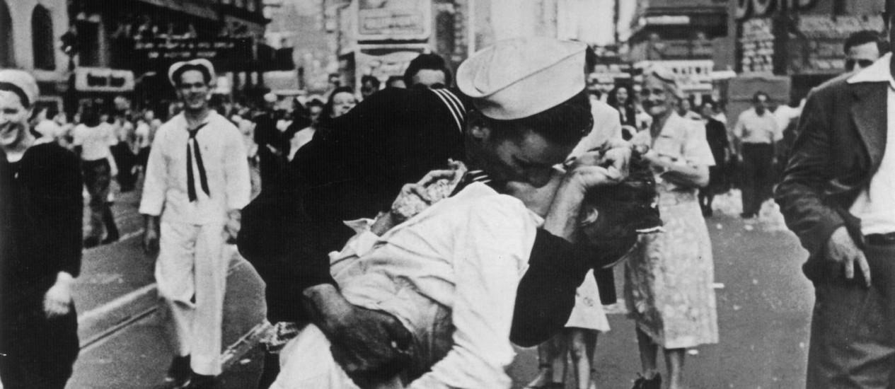 Beijo entre um marinheiro e uma enfermeira em comemoração da vitória dos aliados na Segunda Guerra Mundial: pesquisa mostra que ato leva a uma transferência de 80 milhões de bactérias entre os parceiros Foto: Reprodução