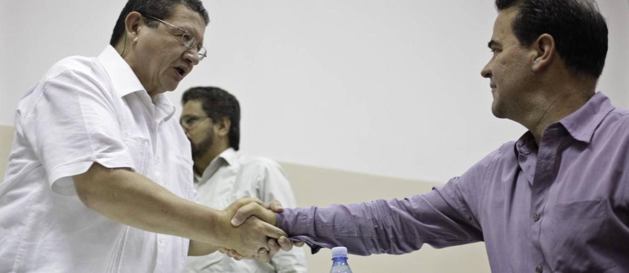 Negociador das Farc, Pablo Catatumbo (esquerda) aperta a mão de representante do governo colombiano Frank Pearl, durante os diálogos de paz em Havana Foto: ENRIQUE DE LA OSA / REUTERS