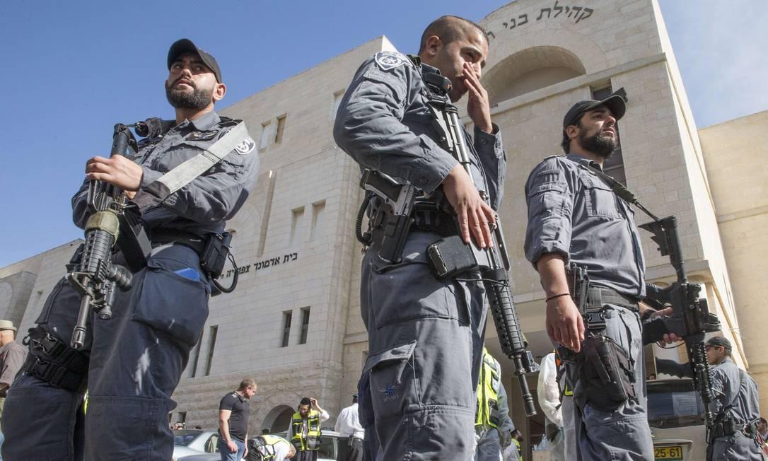 Forças de segurança israelenses montam guarda fora da sinagoga que foi o cenário do ataque Foto: JACK GUEZ / AFP