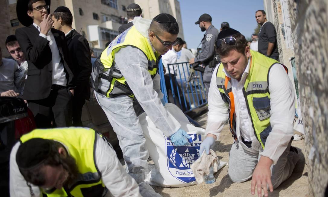 Os suspeitos foram identificados como os primos palestinos Rassan e Adi Abu al-Jamal, moradores do bairro de Jabal Mukaber, em Jerusalém Oriental Foto: Ariel Schalit / AP