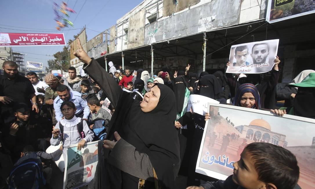 Mahmoud Abbas condenou o ato, mas o Hamas e a Jihad Islâmica, as duas principais forças islâmicas palestinas, celebraram Foto: IBRAHEEM ABU MUSTAFA / REUTERS