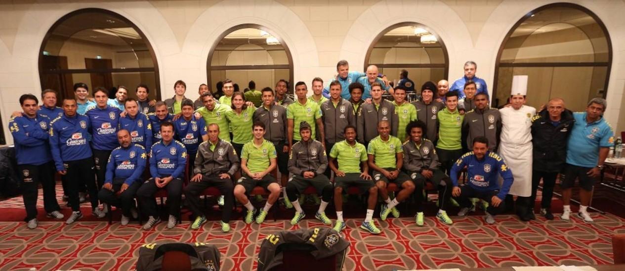 Com o capitão Neymar ao centro, os 43 integrantes da delegação da seleção brasileira posam para foto de despedida de 2014 Foto: CBF/divulgação