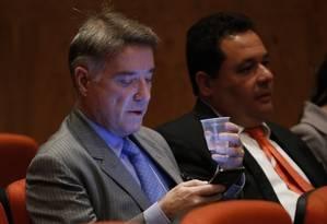 Eike checa o celular antes do início da audiência Foto: O Globo / Alexandre Cassiano