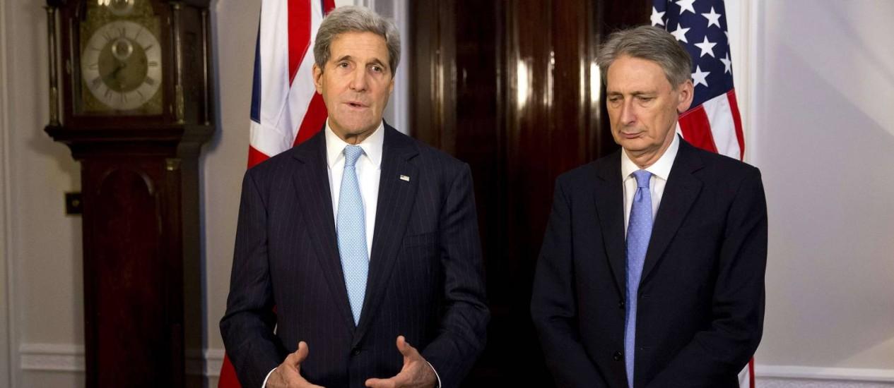 Secretário britânico de Relações Exteriores, Philip Hammond (direita), ao lado do secretário americano de Estado, John Kerry Foto: MATT DUNHAM / AFP