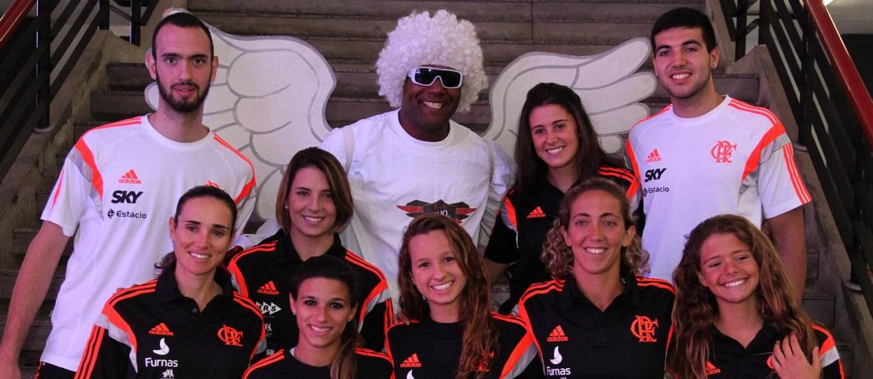 """Atletas do Flamengo posam com o """"anjo"""" no lançamento do projeto """"Anjo da guarda rubro-negro"""", na Gávea. Foto de Gilvan de Souza/Divulgação"""