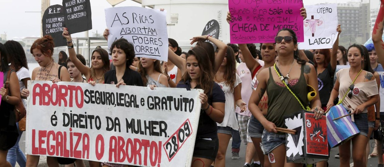 Manifestantes em defesa da legalização do aborto protestaram em setembro passado Foto: Marcos Tristão / Agência O Globo