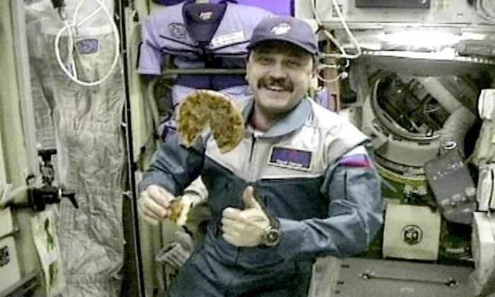 O astronauta Yuri Usachov saboreou pizza a bordo da Estação Espacial Internacional Foto: AFP PHOTO/ WIREPIX