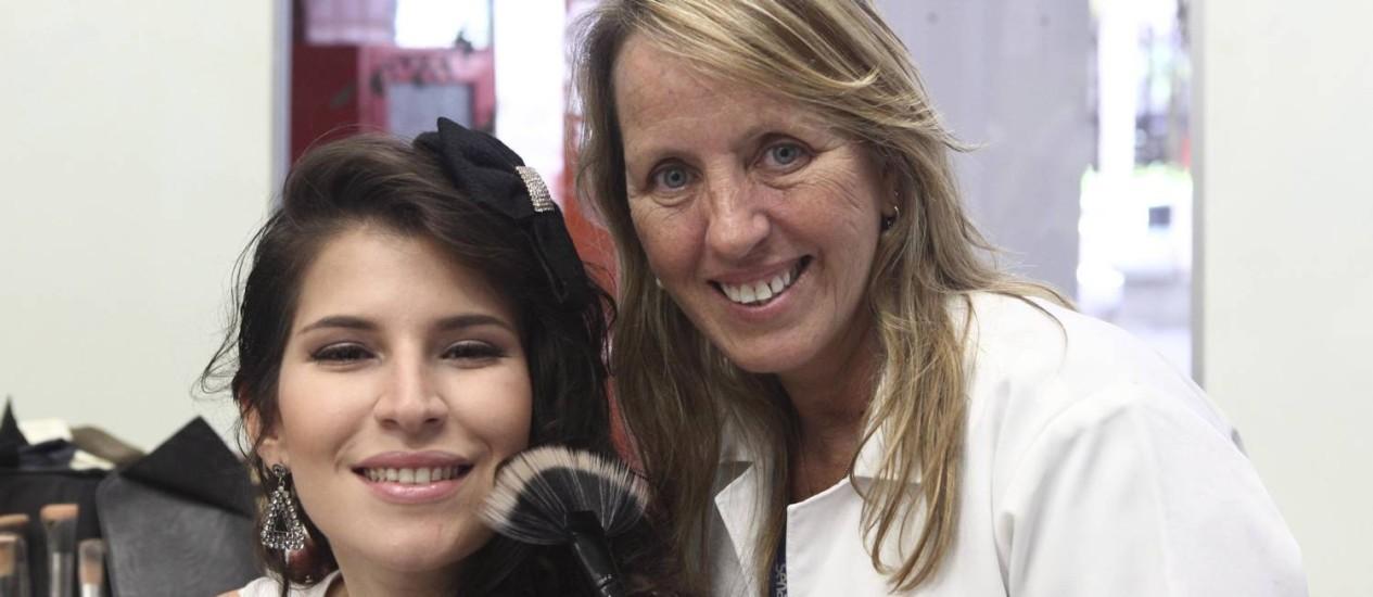 Em fase final de preparação para o concurso, Ana Karenina conta com o apoio da instrutora Marisa Silva Foto: Agência O Globo / Angelo Antônio Duarte
