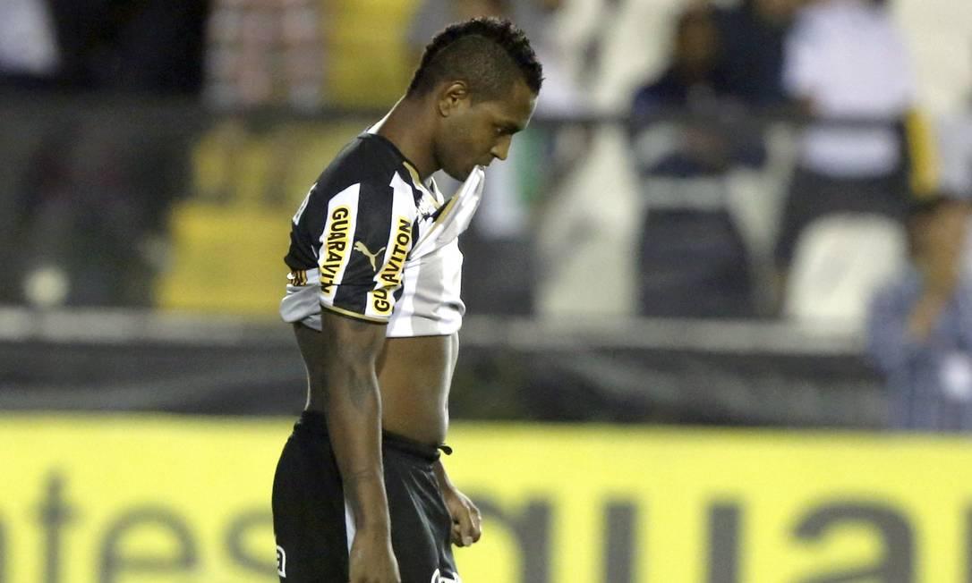 Jóbson reage depois de perder pênalti para o Botafogo contra o Fiqueirense quando o jogo estava 0 a 0, aos 4 minutos do 2º tempo Foto: Cezar Loureiro / Agência O Globo