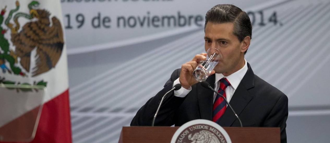 Enrique Pena Nieto. Presidente mexicano prometeu apresentar declaração integral de patrimônio e afirmou que imóveis que possui são frutos de doações Foto: Rebecca Blackwell / AP