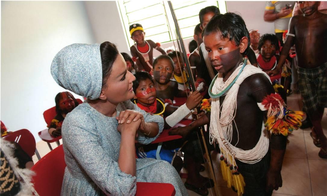 Encontro. A sheka Moza bint Nasser com crianças Xikrin, no Pará: programas educacionais Foto: Divulgação