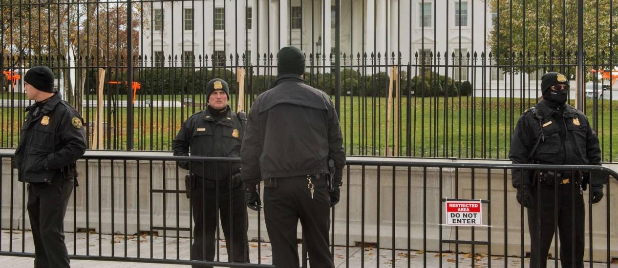 Membros do Serviço Secreto em patrulha em Washington. Agência tem sido alvo de críticas após invasão da Casa Branca Foto: PAUL J. RICHARDS / AFP