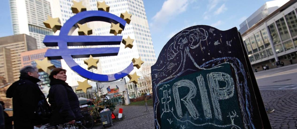 Sede do Banco Central Europeu em Frankfurt: PMI indica aumento da possibilidade de recessão na região Foto: Simon Dawson / Agência O Globo