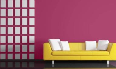 O sofá amarelo contrasta com a parede Foto: Divulgação