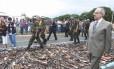 09.12.2004 - Givaldo Barbosa - PA - O ministro Márcio Thomaz Bastos, examina as armas que foram recolhidas e destruidas por tratores na campanha do desarmamento.
