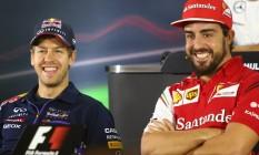 Sebastian Vettel e Fernando Alonso em coletiva em Abu Dhabi: alemão vai substituir espanhol na Ferrari Foto: MARWAN NAAMANI / AFP