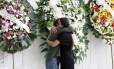 Parentes do ex-ministro Márcio Thomaz Bastos se abraçam no velório na Assembleia Legislativa