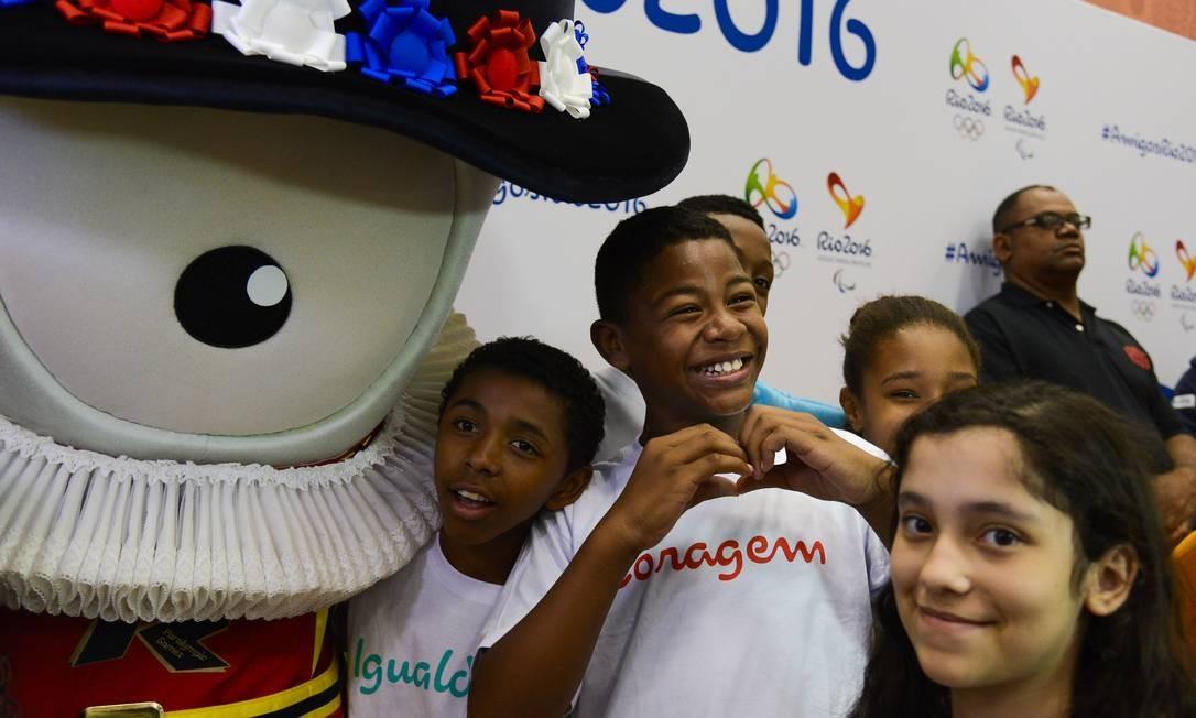 A alegria estampada no rosto das crianças, em contato com os mascotes WWW.ALEXFERRO.COM.BR / Divulgação