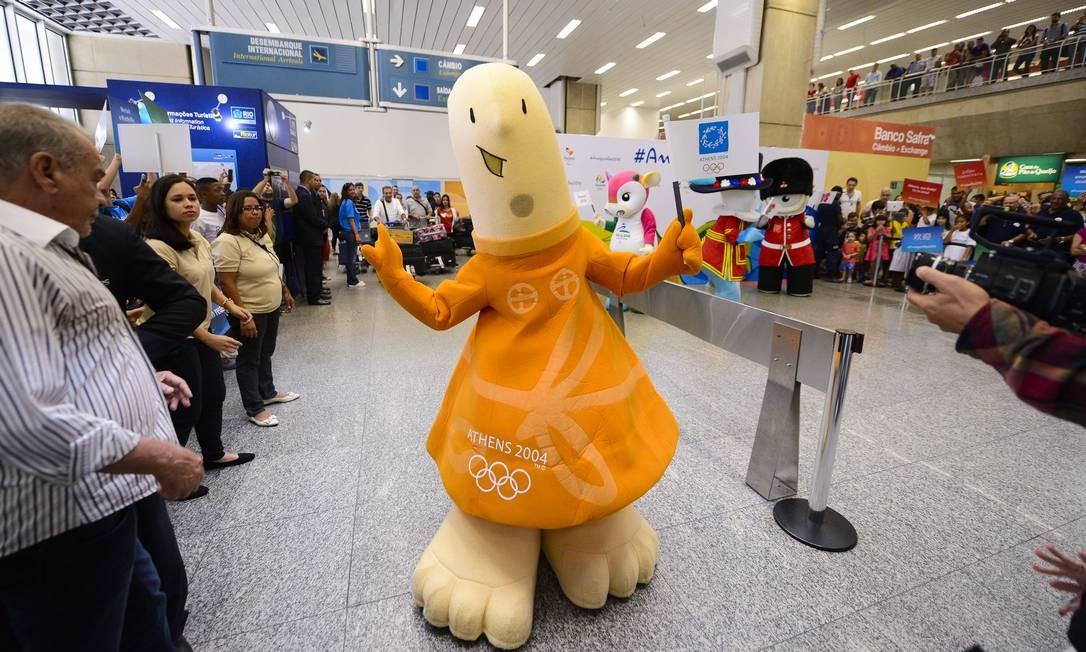 Athena, mascote dos Jogosde 2004, irradiando simpatia na chegada ao Rio WWW.ALEXFERRO.COM.BR / Divulgação