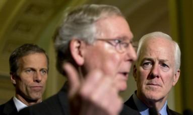 Líder republicano do Senado, Mitch McConnell (centro), entre os senadores John Thune (esquerda) e John Cornyn. Líderes do partido afirmam que ação de Obama invibilizará ações bipartidárias no Congresso Foto: Carolyn Kaster / AP