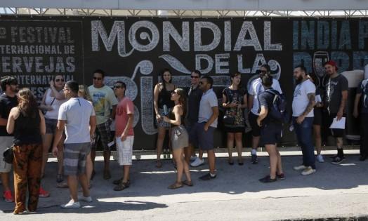 Mondial de La Bière, festival internacional de cervejas, acontece no Rio, pelo segundo ano seguido, no Terreirão do Samba; público faz fila do lado de fora do evento Foto: Marcos Tristao / Agência O Globo