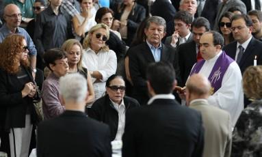 Padre faz a oração durante o velório Foto: Michel Filho / Agência O Globo