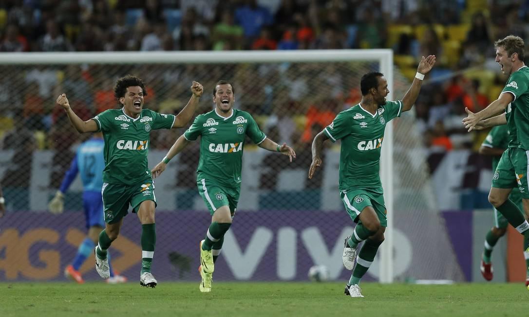 Bruno Silva, segundo da direita para a esquerda, abriu o placar para a Chapecoense Foto: Alexandre Cassiano / Agência O Globo