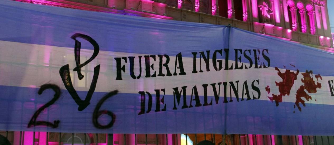 """Faixa com os dizeres """"Saiam das Malvinas, ingleses"""" na fachada da Casa Rosada, em fevereiro de 2012. Medida do governo argentino deve ressiscitar polêmica sobre a soberania do arquipélago no Atlântico Sul Foto: ENRIQUE MARCARIAN / REUTERS"""