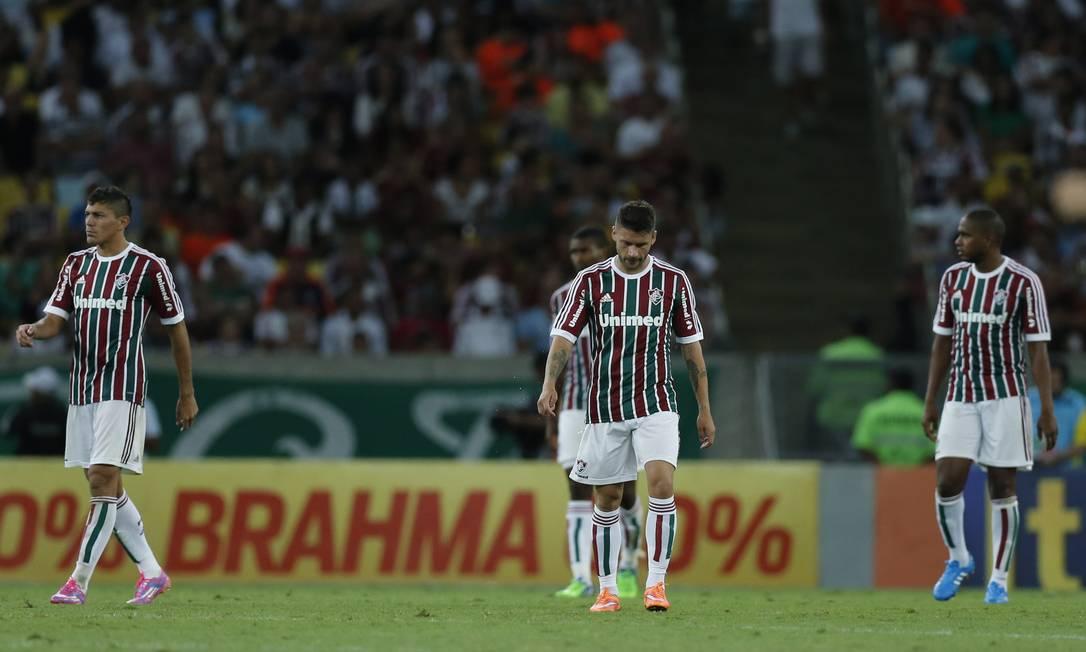 O abatimento de Edson, Sóbis e Valencia após um dos gols da Chapecoense Foto: Alexandre Cassiano / Agência O Globo