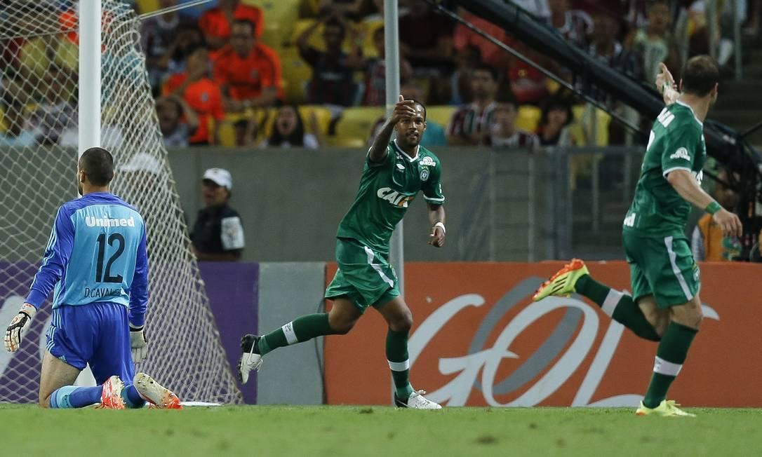 Com dois gols, Bruno Silva, ao centro, foi o destaque da goleada da Chapecoense Foto: Alexandre Cassiano / Agência O Globo