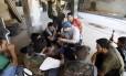Em agosto de 2012, médico (centro) dá aulas de primeiros-socorros a voluntários rebeldes em Aleppo