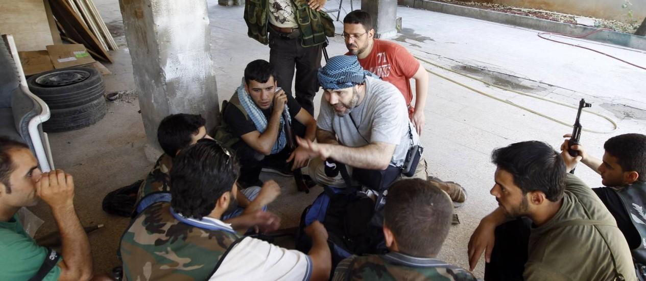 Em agosto de 2012, médico (centro) dá aulas de primeiros-socorros a voluntários rebeldes em Aleppo Foto: GORAN TOMASEVIC / REUTERS