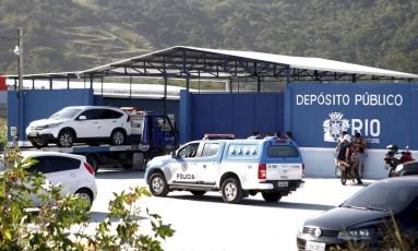Depósito de veículos rebocados na Avenida das Américas Foto: Gustavo Stephan / O Globo