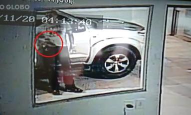 Câmera mostra pistola na cintura do policial Foto: Reprodução de vídeo