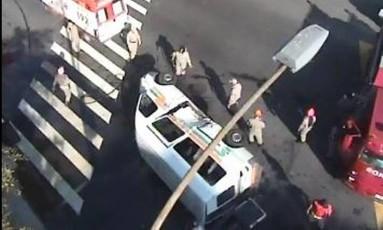 Van tomba após bater em táxi na Tijuca Foto: Prefeitura do Rio