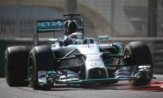 Hamilton foi o mais rápido no primeiro treino livre em Abu Dhabi Foto: MARWAN NAAMANI / AFP