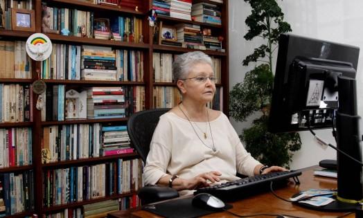 Maria Adelaide Amaral trabalha em seu escritório Foto: Fernando Donasci / Agência O Globo