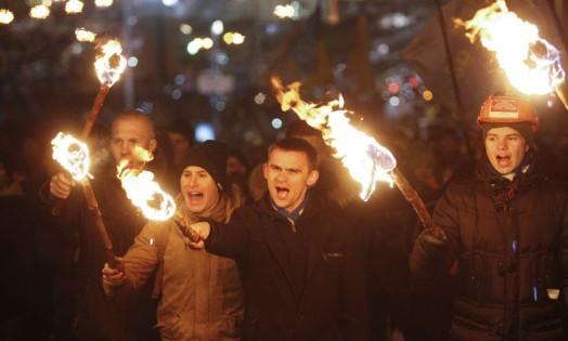 Ucranianios se reúnem na Praça da Independência, em Kiev, para celebrar o primeiro aniversário dos protestos pró-União Européia Foto: VALENTYN OGIRENKO / REUTERS